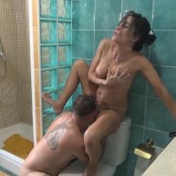Olga se queda con ganas de polla y asalta a Gaby en la ducha. ¡Vidas Cuckold!